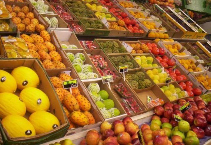 Los productos con precios a la baja fueron: servicios de telefonía móvil, chile serrano, papaya, otros chiles frescos, cebolla, aguacate, naranja, calabacita, azúcar, y papa y otros tubérculos. (Archivo SIPSE)