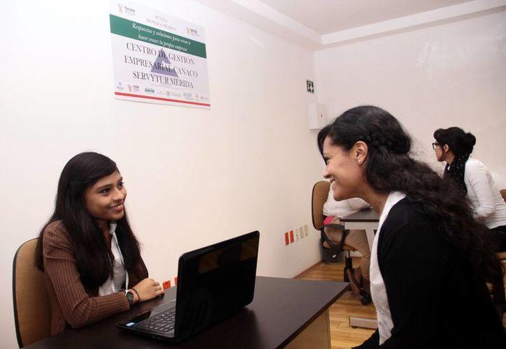 Los jóvenes emprendedores reciben asesoría y orientación en la Canacome. (Milenio Novedades)