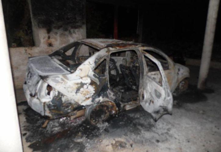 Entre los daños ocasionados por el incendio destacan afectación a muebles, paredes y techos ahumados por el hollín generado por el fuego y humo provenientes de  la cochera. (Milenio Novedades)