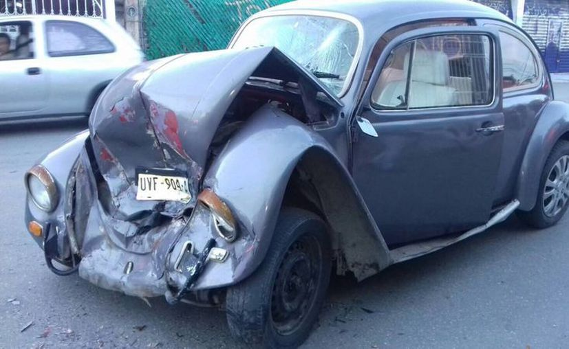 Un Volkswagen tipo Sedán que se involucró en uno de los accidentes. (Eric Galindo/SIPSE)