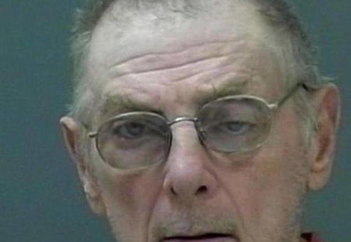 Michael Sticken es acusado de robo y por no reportar la muerte de su madre con tal de cobrar los cheques de pensión del seguro social. (AP)