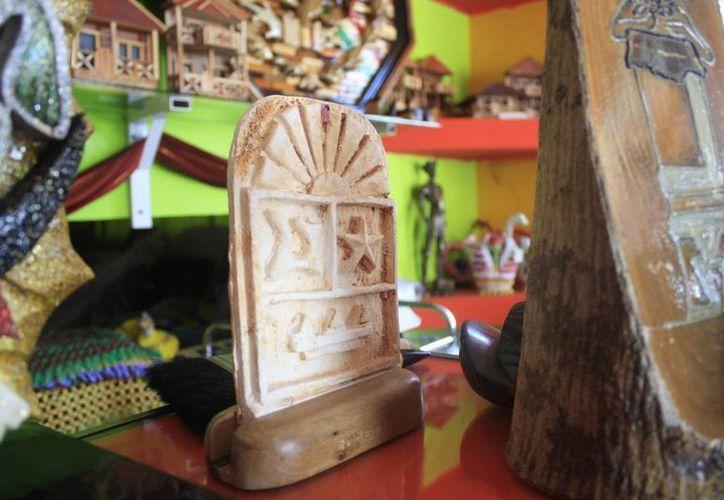 El segmento de la muestra está integrado por juguetes tradiciones, artesanía, trajes de chicleros, entre otros. (Harold Alcocer/SIPSE)
