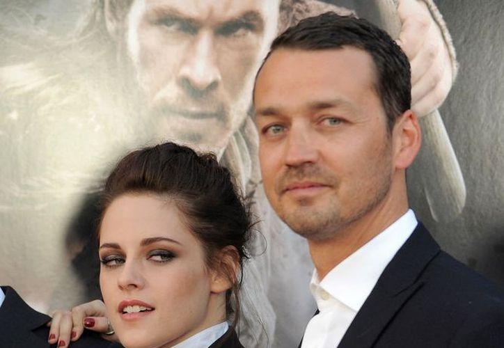 La actriz Kristen Stewart y el director Rupert Sanders sorprendieron a todos al revelar que tuvieron una aventura en 2012.  (Agencias)