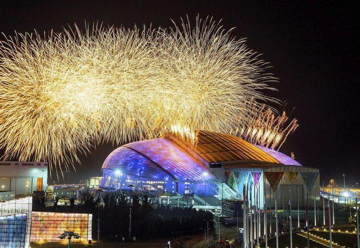 Panorámica de la inauguración de los Juegos Olímpicos de Invierno en Sochi, Rusia, a donde un ucraniano pretendía desviar un avión bajo una amenaza de bomba. (EFE)