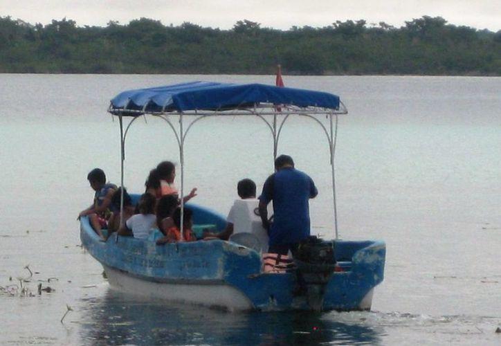 El uso de motores comunes contamina y afecta la vida animal en la Laguna de los Siete Colores.(Javier Ortiz/SIPSE)
