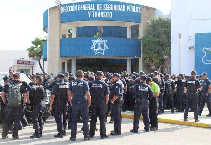 Alrededor de 200 policías se plantaron en la Dirección de Seguridad Pública y Tránsito. (Foto: Octavio Martínez)
