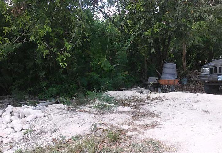 Uno de los principales atractivos turísticos de Bacalar se encuentra invadido de desechos. Además, particulares han ocupado una parte de la foresta que lo rodea como estacionamiento