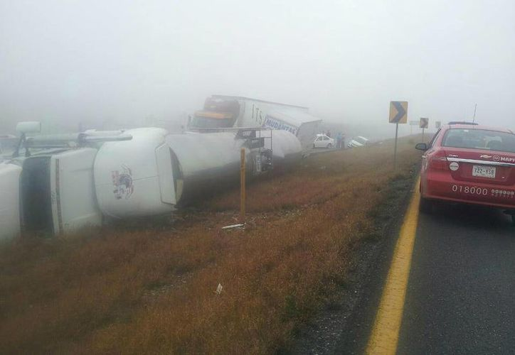 Camiones de carga también derraparon por el pavimento mojado. (Twitter.com/@Cicmty)