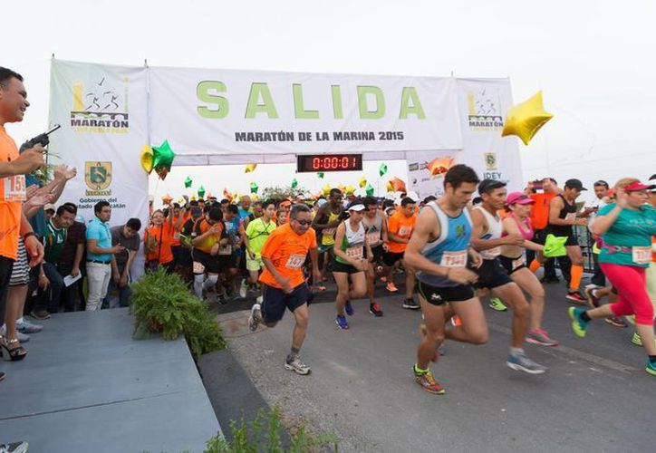 Entre sus actividades del domingo, el gobernador Rolando Zapata Bello dio el disparo de salida del Maratón de la Marina Yucatán 2015, en el que también corrió. (SIPSE)