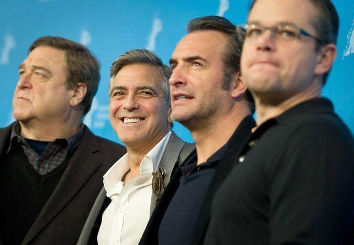 Los protagonistas de 'Monuments Men': John Goodman (i), George Clooney, Jean Dujardin y Matt Damon (d) en la presentación del filme en Berlín. (EFE)