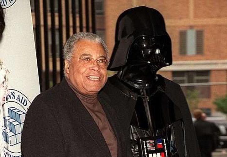 James Earl Jones acompañado del personaje más famoso al que le dio voz, Darth Vader. (Foto tomada de dailymail.co.uk)