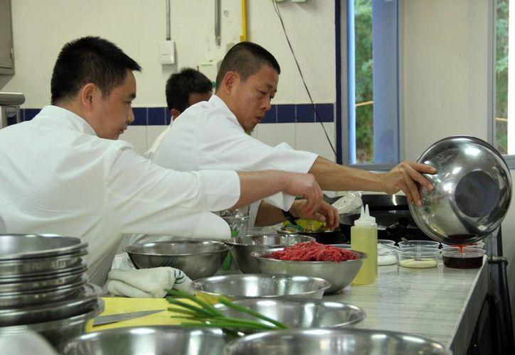 Los chefs chinos utilizaron ingredientes locales al elaborar los platillos. (Jorge Acosta/SIPSE)