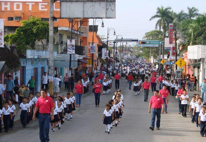 Los estudiantes de Felipe Carrillo Puerto se lucieron ayer ante familiares y amigos, al desfilar en conmemoración del inicio de la Independencia de México, y hacerse presentes en el contingente. (Manuel Salazar/SIPSE)