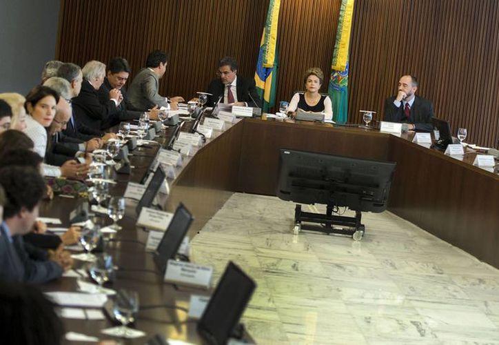 Dilma Rousseff durante una reunión con un grupo de unos treinta juristas con los que analizó las acusaciones en su contra y el juicio al que puede ser sometida. (EFE)