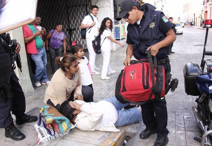 Testigos del accidente solicitaron los servicios de emergencia, por lo que minutos después llegaron paramédicos de la Policía Municipal de Mérida. (Milenio Novedades)