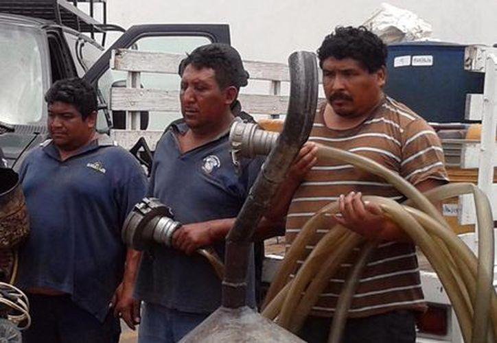 Los tres individuos detenidos por el robo de la pipa con 20 mil litros de combustible. (Cortesía)