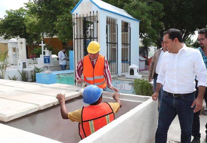 El Alcalde Mauricio Vila Dosal, constató los trabajos en el cementerio de Chuburná de Hidalgo. (SIPSE)