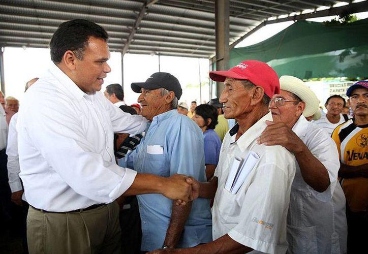 El Gobierno entregó 9.6 millones de pesos a campesinos de Yucatán para la siembra de henequén. En la imagen, el gobernador Rolando Zapata Bello saluda a algunos hombres del campo. (yucatan.gob.mx)