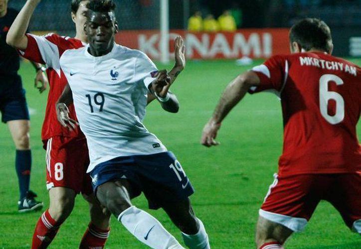 Paul Pogba (19) disputa un balón en el partido que la Selección Francesa disputó un partido amistoso con su similar de Armenia. El mediocampista recibió el premio al mejor jugador joven del mundial Brasil 2014. (Archivo/AP)