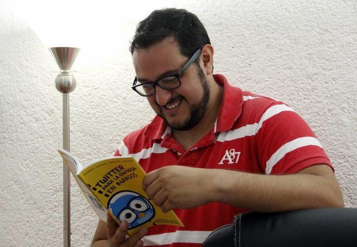 """Tenemos un libro que se titula """"Twitter para la empresa en cuatro pasos: Fernando Rojas. (Christian Ayala/SIPSE)"""