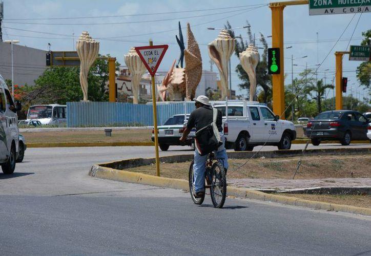 Las personas que usan la bicicleta como transporte o para ejercitarse deben usar chalecos reflejantes. (Consuelo Javier/SIPSE)