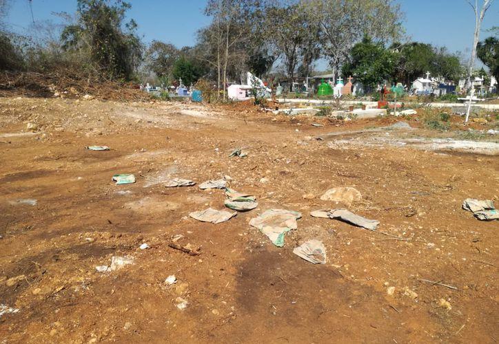 La fosa común que la Fiscalía General del Estado de Quintana Roo había iniciado en terrenos ejidates de Pucté, ya fue rellenada. (Carlos Castillo/SIPSE)
