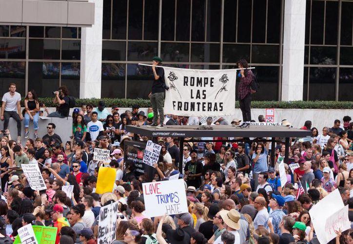 Manifestantes protestan por el resultado de elección de Donald Trump a la Presidencia de EU. (EFE/Archivo)