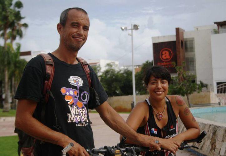 Osvaldo Ferrí y María Maciel partirán a Cancún este domingo e invitan a los playenses a despedirlos sobre ruedas.  (Rafael Acevedo/SIPSE)
