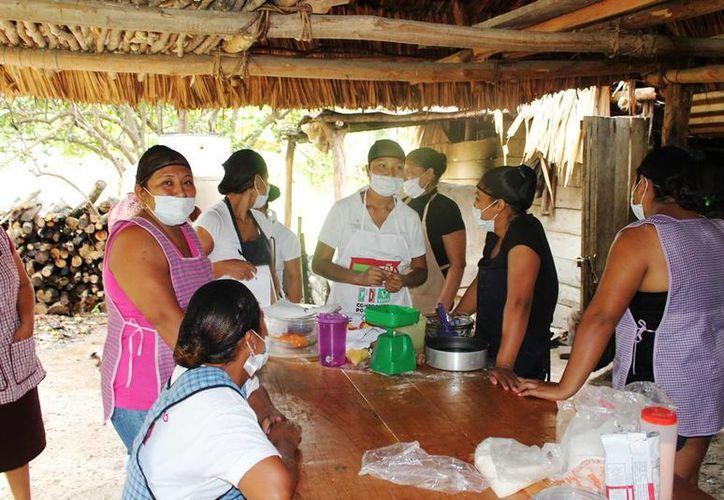 La agrupación Mujeres Emprendedoras Rurales asisten a cursos de capacitación enfocados en diversas actividades laborales. (Edgardo Rodríguez/SIPSE)