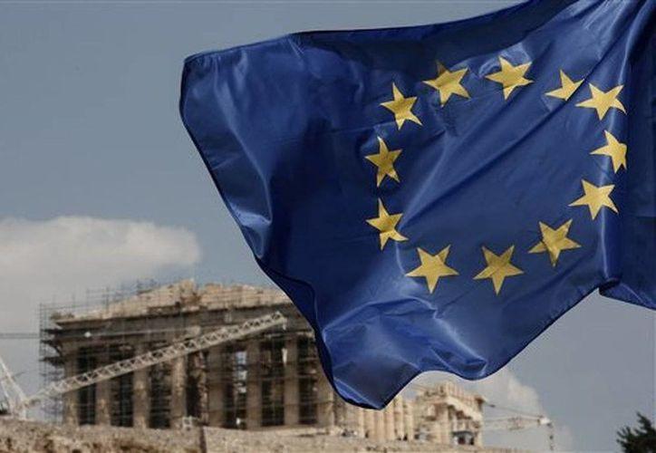 Una bandera de la Unión Europea ondea delante del Partenon en Atenas, Grecia. El Gobierno cedió a una empresa alemana los derechos para operar 14 aeropuertos regionales. (Foto AP/Yorgos Karahalis)