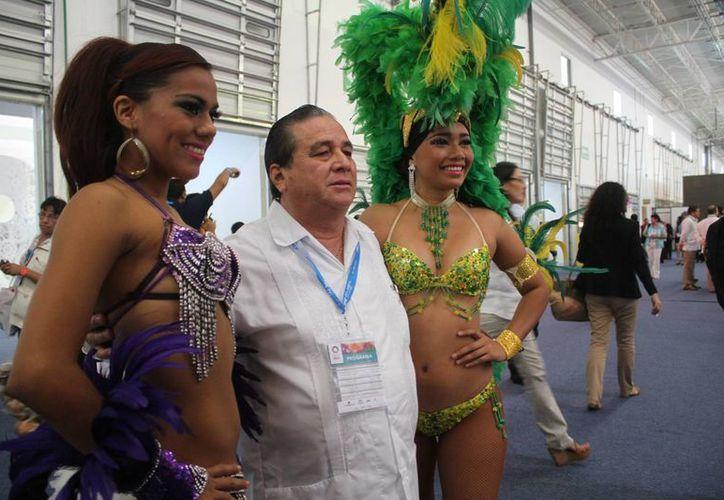 Se tomaron fotografías con bailarinas de carnaval. (Sergio Orozco/SIPSE)