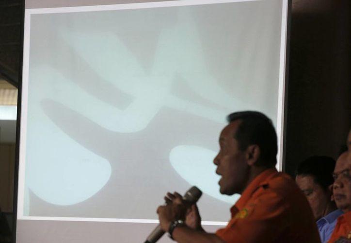 Rueda de prensa donde se muestran los restos encontrados en el mar de Java. (Agencias)