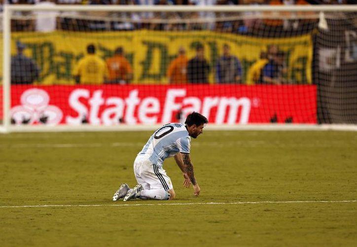 Muchos ven en Messi como el jugador que ha perdido varias finales con Argentina, pero otros lo ven como uno de los mejores jugadores en la historia del futbol soccer. (EFE)