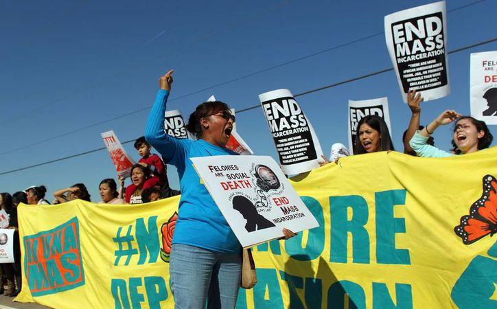 Manifestantes protestan la deportaciones en un centro de detención en EU. (AP Photo/Ricardo Arduengo)