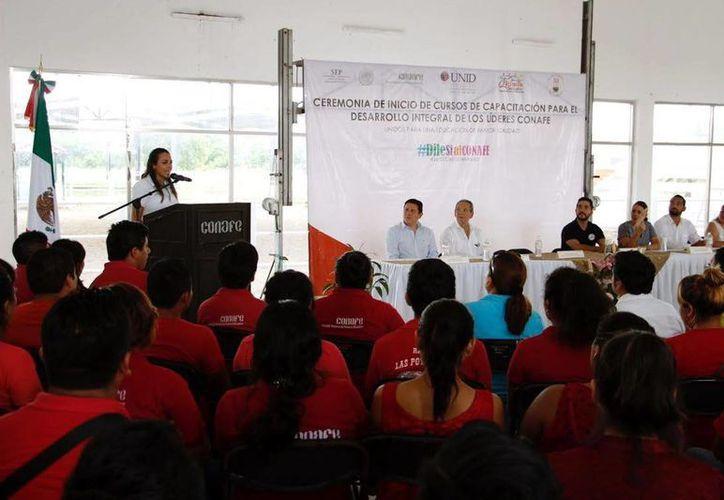 La delegada del Conafe, Jéssica Saidén Quiroz, dirigió unas palabras a los jóvenes. (Milenio Novedades)