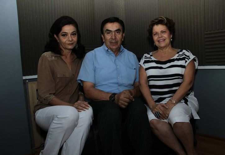 Mariliz Escalante, Salvador González y Alis García durante la transmisión del programa 'Salvemos una Vida'. (Jorge Acosta/SIPSE)