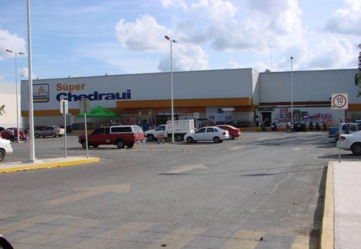 Desde Tamaulipas los hampones instruyeron a la víctima para que dejará su vehículo con las llaves dentro, estacionado en el supermercado. (Manuel Salazar/SIPSE)