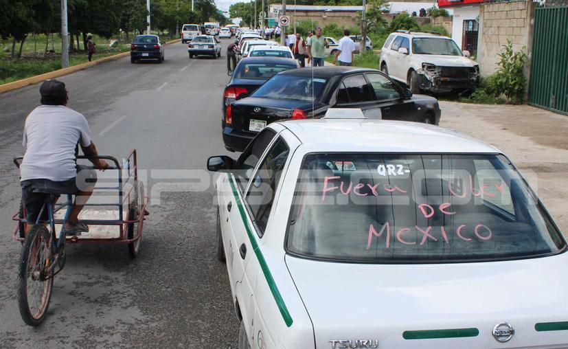 Los taxistas acusan a Uber y las plataformas digitales de representan una competencia desleal. (Karim Moisés/SIPSE)