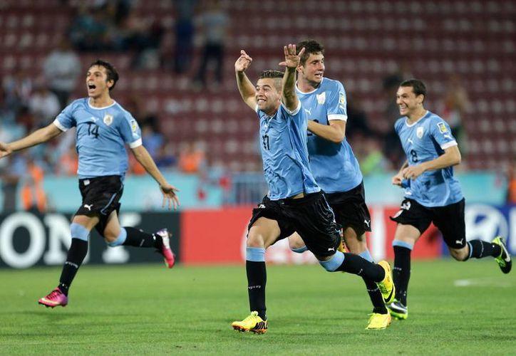 Jugadores uruguayos celebran su victoria. (Agencias)