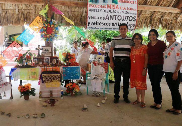 Se montaron coloridos altares en memoria de los fieles difuntos. (Cortesía/SIPSE)