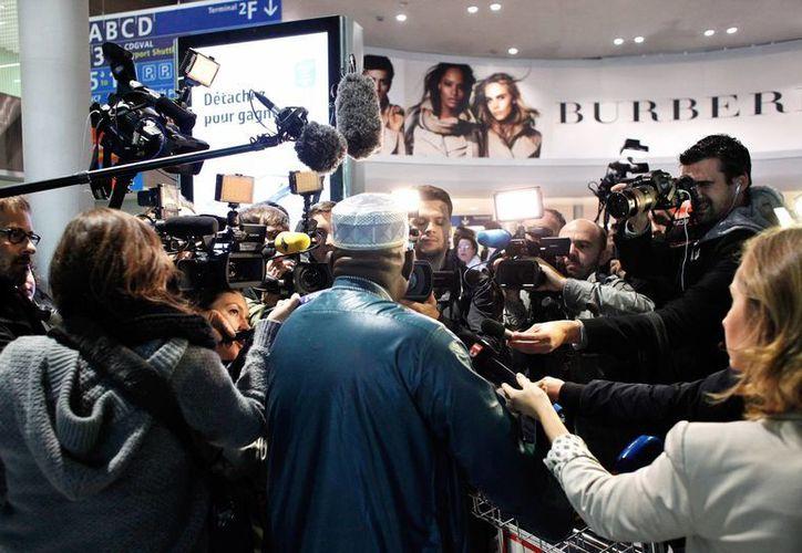 Pasajeros a su arribo al aeropuerto parisino Charles de Gaulle, donde han comenzado a tomarse la temperatura a viajantes debido al avance del ébola en el mundo. (Foto: AP)