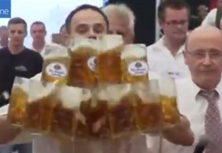 Un hombre de Baviera rompió su propio récord en el transporte de cerveza. (Captura YouTube).