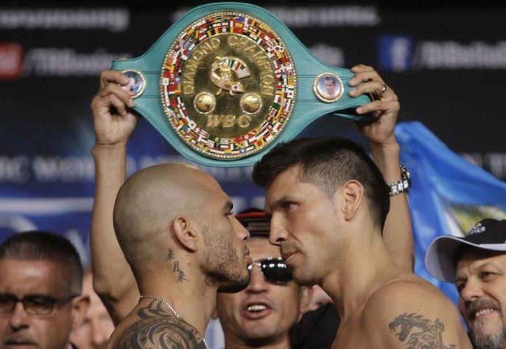 """Al término de la ceremonia de pesaje, Miguel Cotto y Sergio """"Maravilla"""" Martínez se enfrascaron en un intenso duelo de miradas. (AP)"""