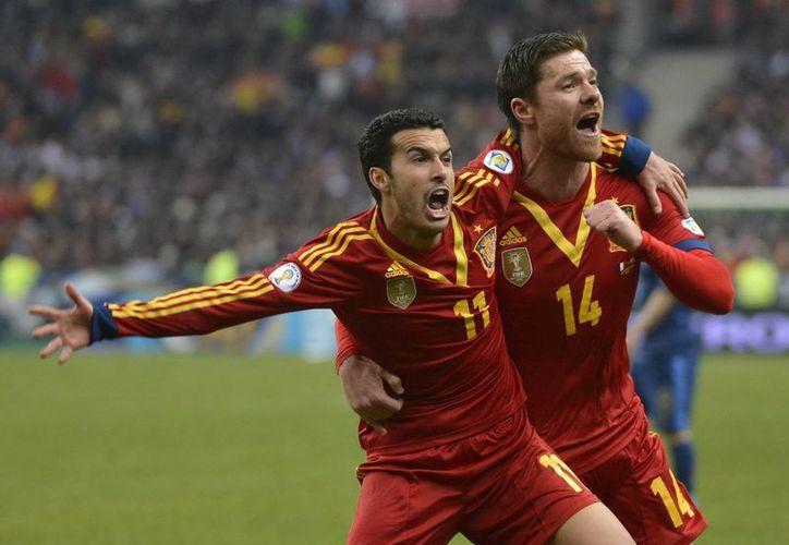 Pedro Rodríguez (i) celebra con su compañero Xabi Alonso su gol ante Francia durante el partido clasificatorio para el Mundial de Brasil 2014. (EFE)