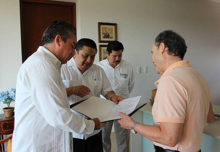 Diputados entregan al doctor Luis Fernando Magaña Solís la notificación sobre el Reconocimiento Pánfilo Novelo que recibirá el próximo 9 de enero. (SIPSE)