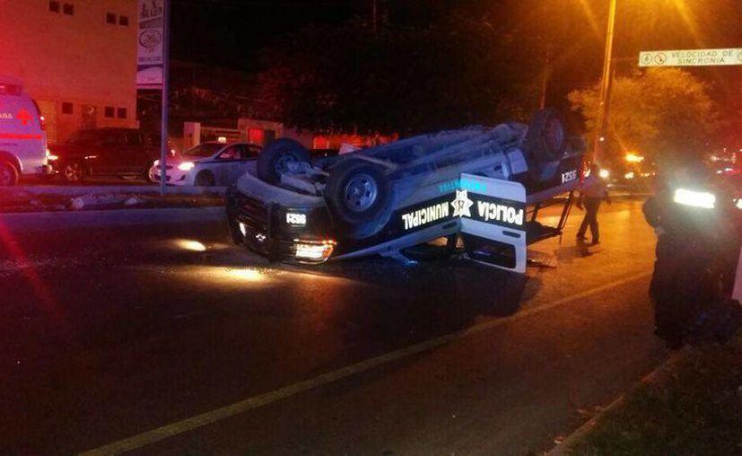 La unidad de Seguridad Pública, quedó volcada sobre la avenida Kabah. (Redacción/SIPSE)