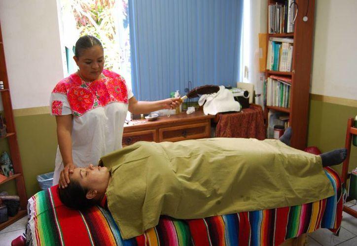 Terapueta de medicina alternativa asegura que la herbolaria es la fuente para tratar muchos males. (Tomás Álvarez/SIPSE)