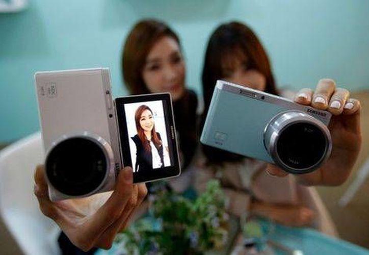 La cámara 'NX Mini' cuenta con un lente gran angular de 9 mm, perfecto para tomar selfies en grupo. (AP)