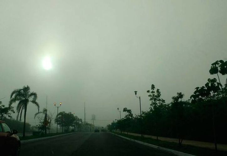 La neblina apareció desde temprana hora y 'cubrió' gran parte de la ciudad. La zona poniente, a donde corresponde la foto, fue donde más densa se observaba. (Ana Hernández/SIPSE)