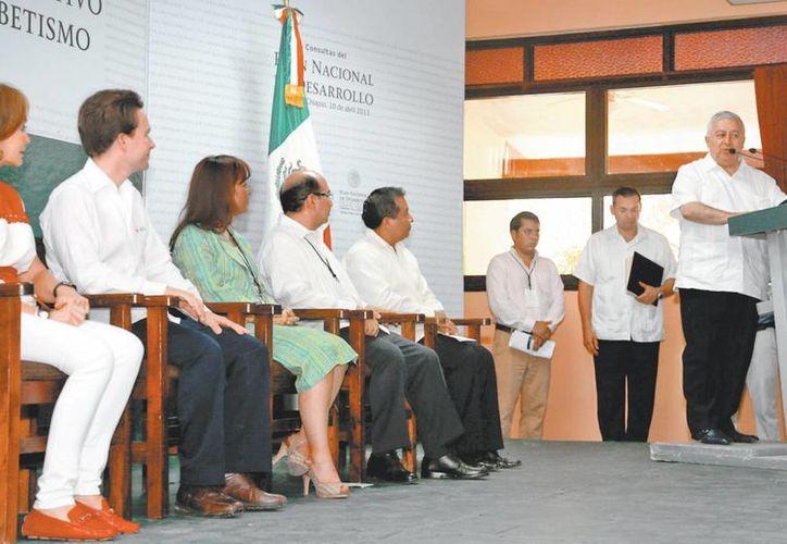 Emilio Chuayffet encabezó en Chiapas el foro México con educación de calidad, en el cual participó el gobernador Manuel Velasco. (Milenio)